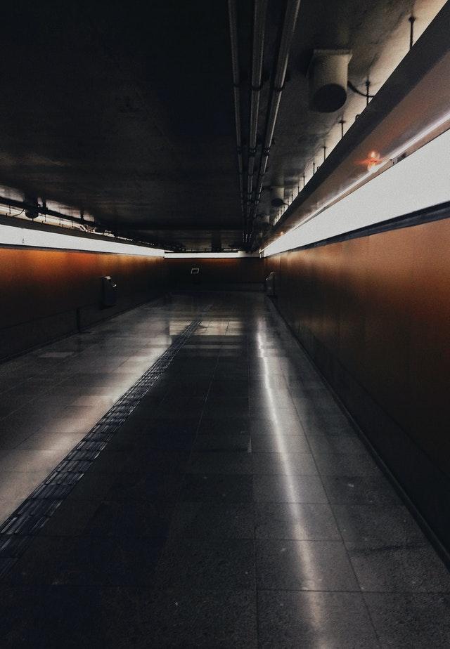 Verlassener Korridor am Raumhafen von Algol in Coriolis, wie in dieser Tabelle beschrieben.